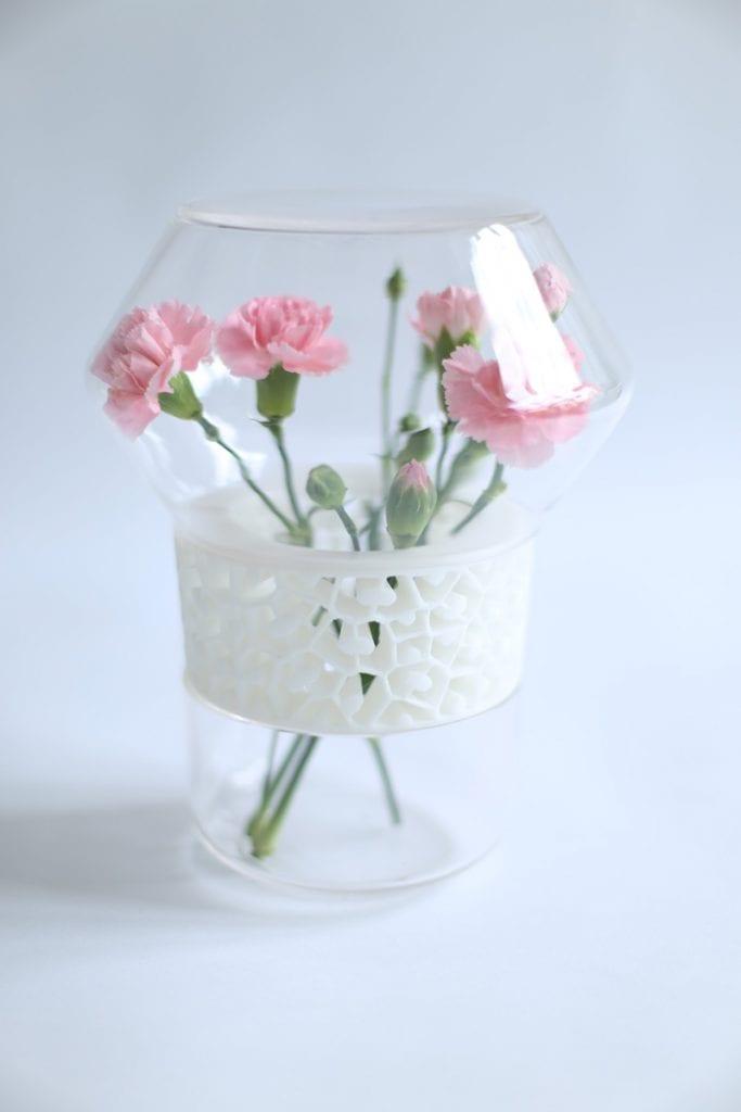 Dopełnienie - dyplom magisterski ASP Wrocław, różowe goździki wewnątrz szklanego wazonu.