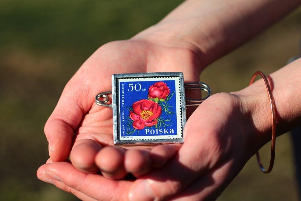 Dzikie Twory - broszka ze znaczkiem pocztowym