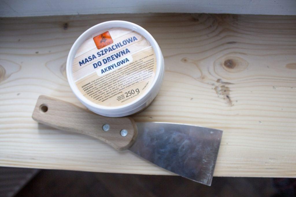 Dzikie Twory - przygotowanie do renowacji drewna za pomocą masy szpachlowej