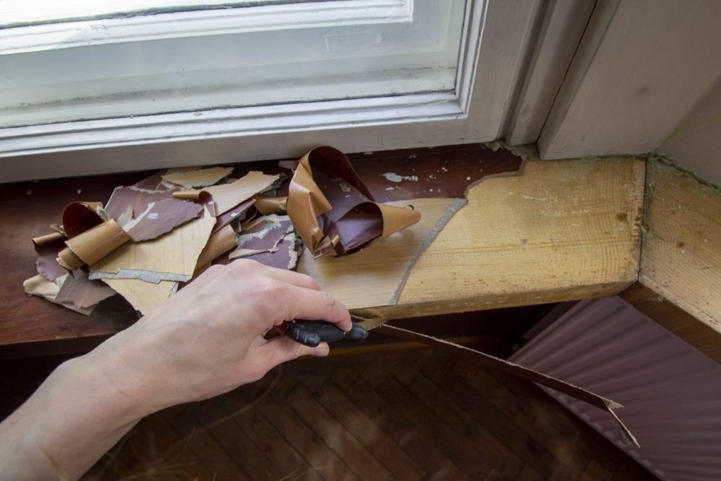 Dzikie Twory - odrywanie okleiny z parapetu za pomocą noża
