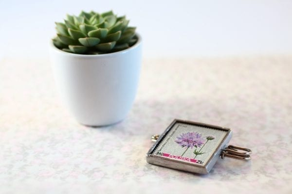 Dzikie Twory - broszka ze znaczkiem pocztowym kwiat świerzbnica polna
