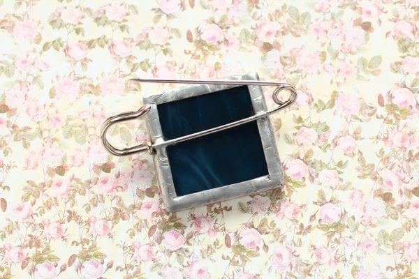 Dzikie Twory - broszka ze znaczkiem pocztowym kwiat centuria