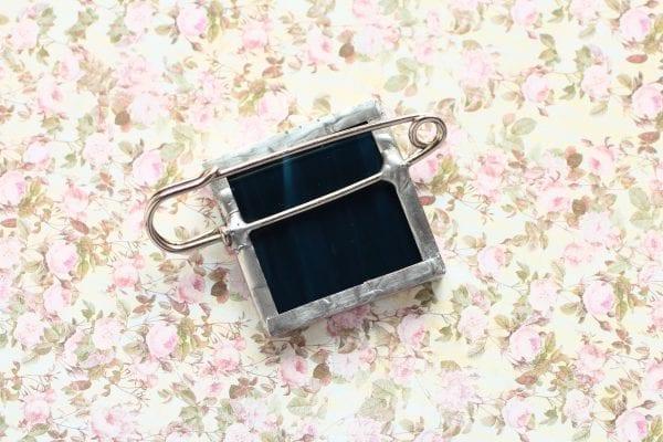 Dzikie Twory - broszka ze znaczkiem pocztowym kwiat clianthus dampieri