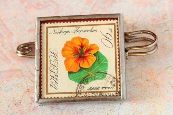 Dzikie Twory broszka ze znaczkiem pocztowym kwiat nasturcja