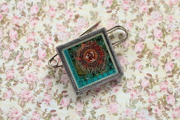 Dzikie Twory - broszka ze znaczkiem pocztowym kwiat passiflora