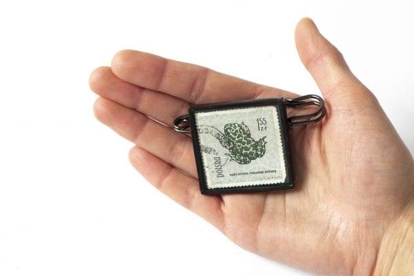 Dzikie Twory - broszka ze znaczkiem pocztowym ropucha zielona wielkość