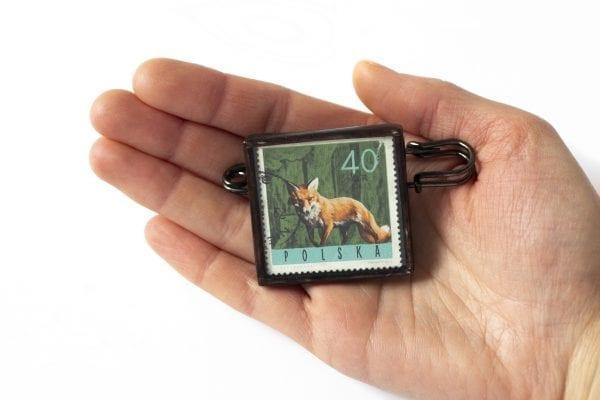 Dzikie Twory - wielkość broszki ze znaczkiem pocztowym lis