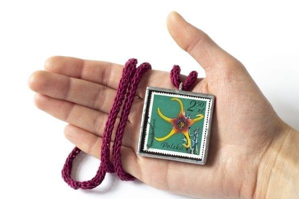 Dzikie Twory - wielkość naszyjnika ze znaczkiem pocztowym kwiat caralluma