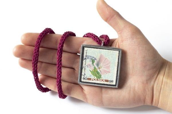 Dzikie Twory - wielkość naszyjnika ze znaczkiem pocztowym kwiat powój