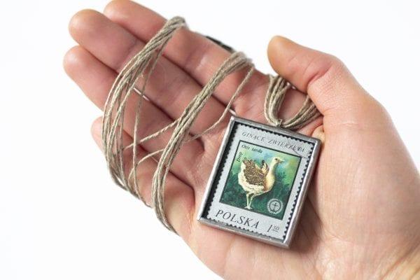 Dzikie Twory - naszyjnik ze znaczkiem pocztowym drop otis tarda wielkość