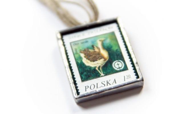 Dzikie Twory - naszyjnik ze znaczkiem pocztowym drop otis tarda zbliżenie