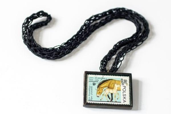 Dzikie Twory - naszyjnik ze znaczkiem pocztowym konie zoo
