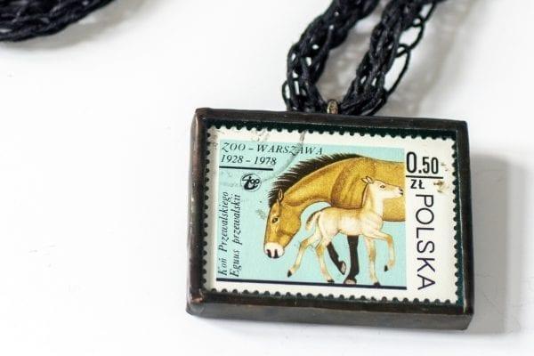 Dzikie Twory - naszyjnik ze znaczkiem pocztowym konie zoo detal
