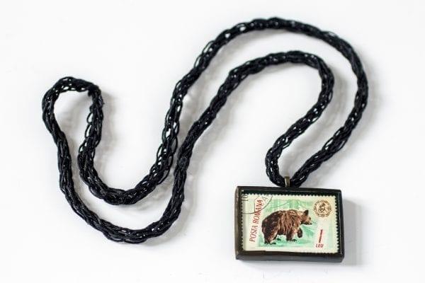 Dzikie Twory - naszyjnik ze znaczkiem pocztowym niedźwiedź posta romana
