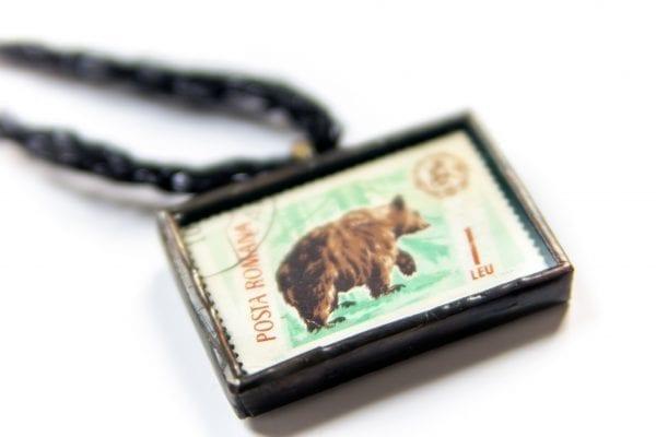 Dzikie Twory - naszyjnik ze znaczkiem pocztowym niedźwiedź posta romana zbliżenie