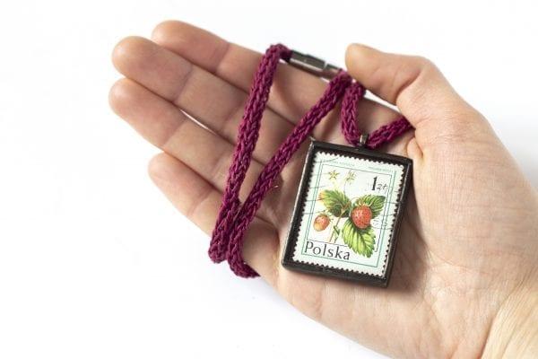 Dzikie Twory - naszyjnik ze znaczkiem pocztowym poziomka wielkość