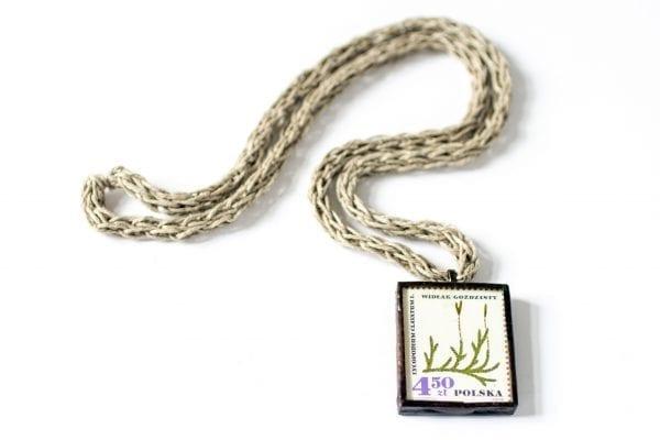 Dzikie Twory - naszyjnik ze znaczkiem pocztowym widłak goździsty