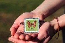 Dzikie Twory - broszka ze znaczkiem pocztowym z 1967 roku, motyl rusałka pokrzywnik (5)