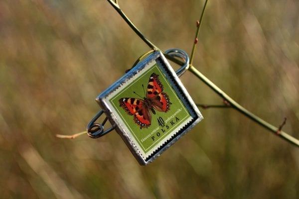 Dzikie Twory - broszka ze znaczkiem pocztowym z 1967 roku, motyl rusałka pokrzywnik