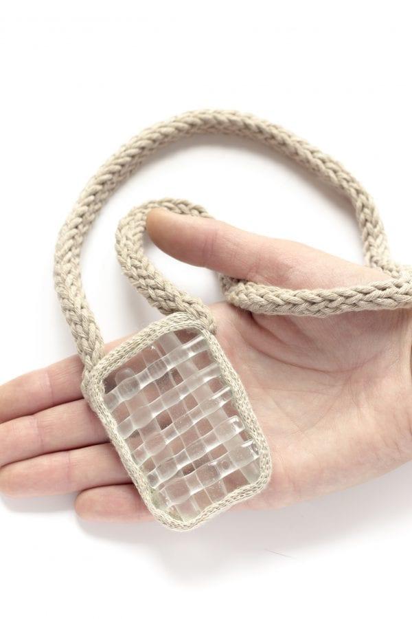 Dzikie Twory - szklany naszyjnik na lnianym łańcuszku - przezroczysty1