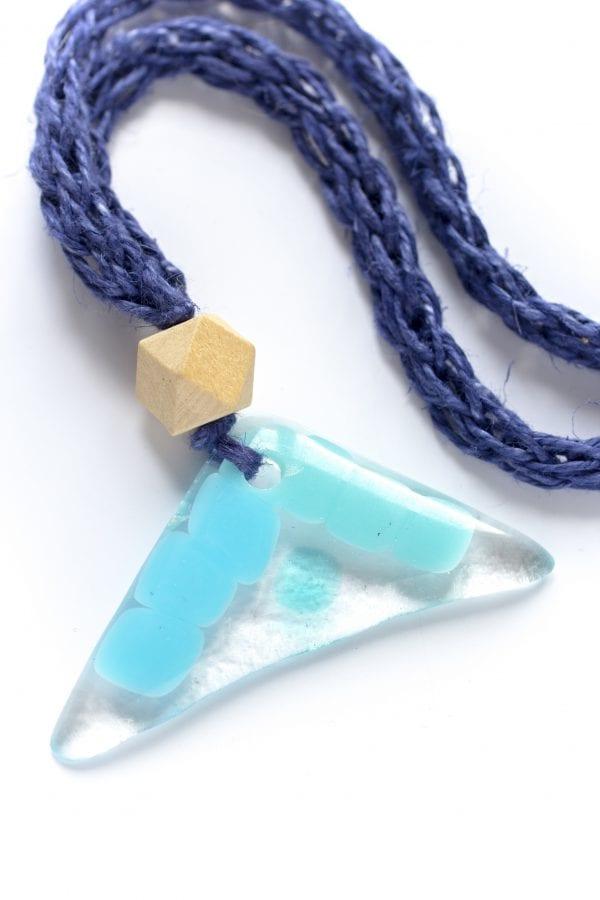 Dzikie Twory - szklany wisiorek na niebieskiem lnianym łańcuszku - piramidka