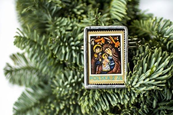Dzikie Twory - broszka ze znaczkiem pocztowym z 1979 roku - Święta Rodzina