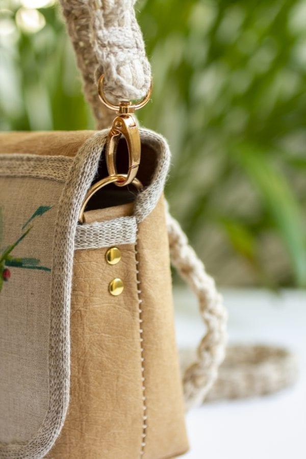 Dzikie Twory - mała torebka z lnu i jasnobrązowej Washpapy - paw wśród gałęzi - bok torebki