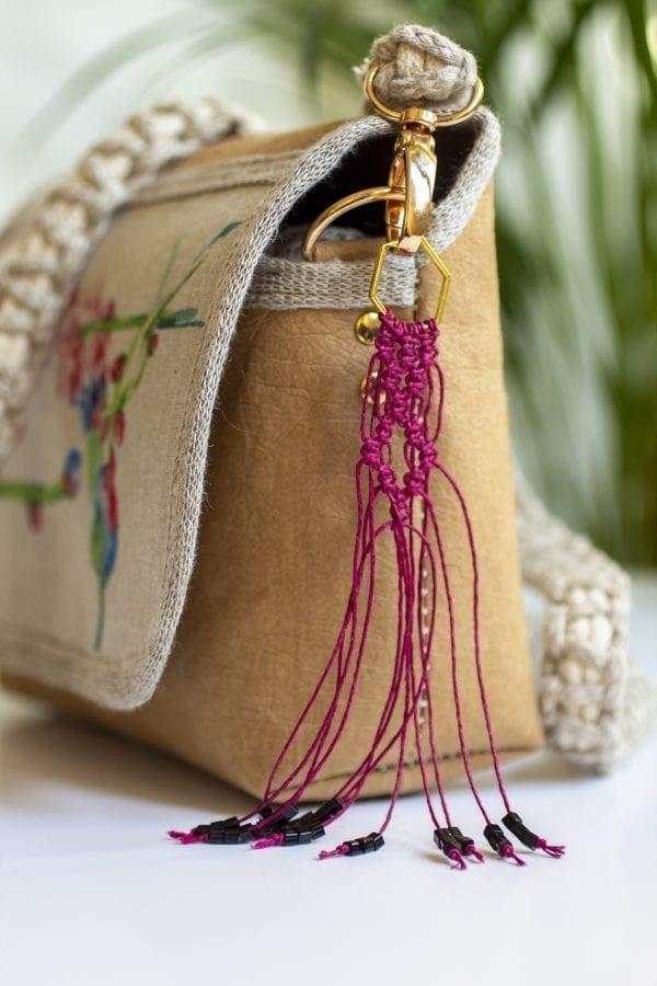 Dzikie Twory - mała torebka z lnu i jasnobrązowej Washpapy - paw wśród gałęzi - makramowy breloczek