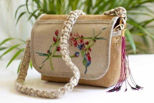 Dzikie Twory - mała torebka z lnu i jasnobrązowej Washpapy - paw wśród gałęzi - przód torebki