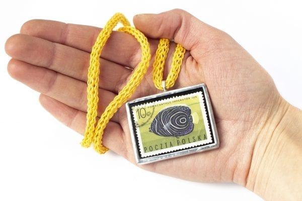 Dzikie Twory - naszyjnik ze znaczkiem pocztowym z 1967 roku - ryba ustniczek cesarski - wielkość wisiorka