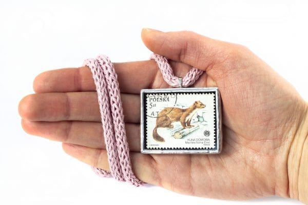 Dzikie Twory - naszyjnik ze znaczkiem pocztowym z 1984 roku - kuna domowa - wielkość wisiorka