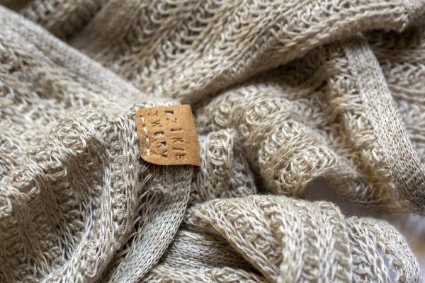 Dzikie Twory - szal z dzianiny lnianej, zbliżenie na splot materiału
