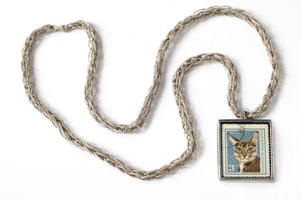 Dzikie Twory naszyjnik ze znaczkiem pocztowym z 1967 roku - kot abisyński Bułgaria