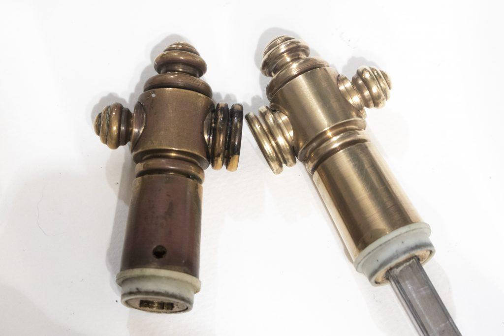 Dzikie Twory - element przed czyszczeniem po lewej oraz element oczyszczony po prawej