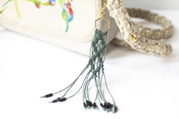 Dzikie Twory - makramowa zawieszka do kluczy lub torebki, kolor zgaszona zieleń