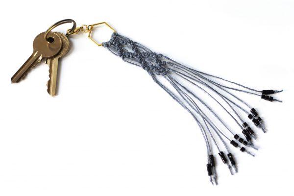 Dzikie Twory - makramowa zawieszka do kluczy lub torebki, kolor szary