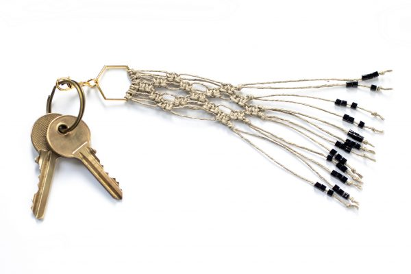 Dzikie Twory - makramowa zawieszka do kluczy lub torebki, w kolorze naturalnego lnu